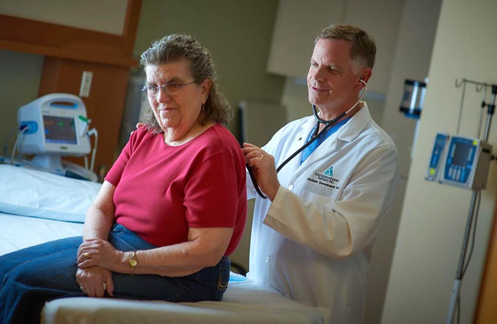 Dr. Michael Dorenbusch examines a female patient.